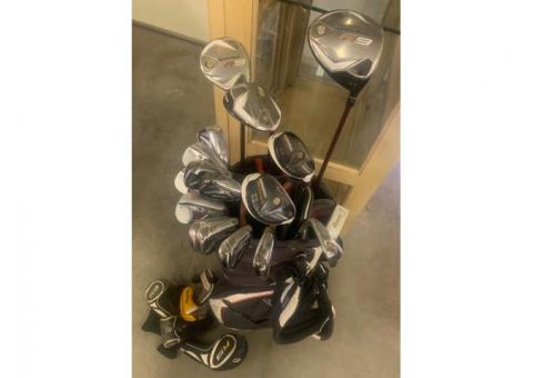 Golf clubs with two sets of wedges (17 clubs in total).